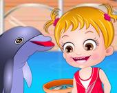 Малышка Хейзел изучает дельфинов