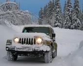 Пассажирский Джип-внедорожник в снегах