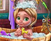 Малышка Голди принимает ванну